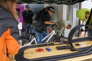 Wie bringt man eine Carrera-Bahn ins Laufen: Per Fahrrad!